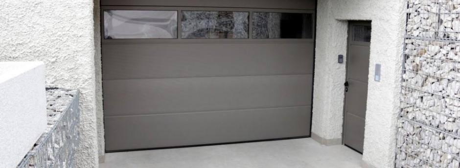 Portone sezionale h rmann lpu 40 con porta pedonale for Casa con garage laterale